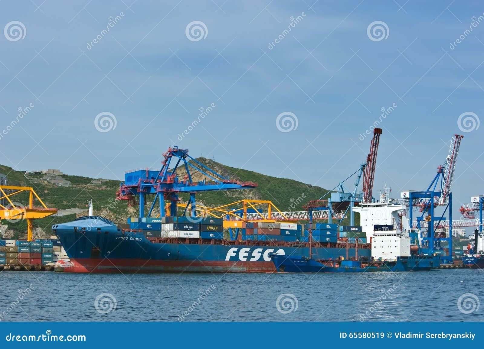 VLADIVOSTOK, RÚSSIA - 2 de setembro de 2015: Navio de recipiente FESCO de Ust-Karsk do petroleiro de Bunkering Diomid no porto Vl
