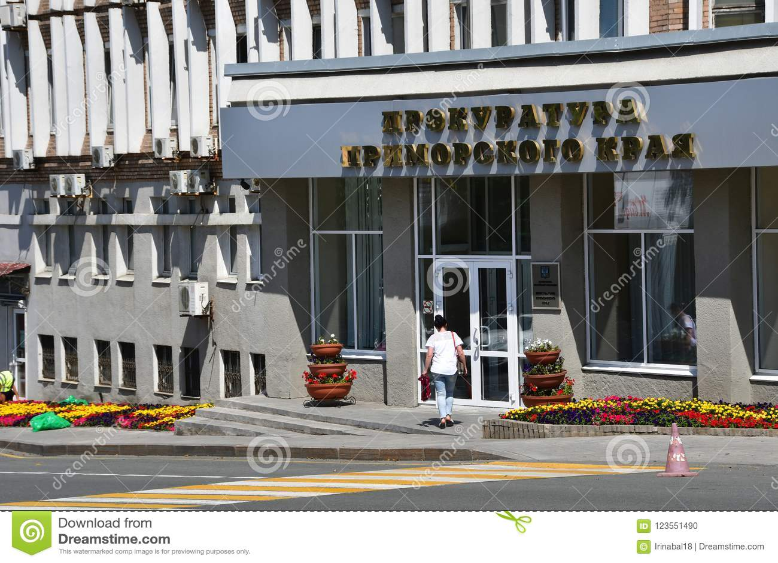 Vladivostok, Russie, ao?t, 01, 2018 Femme devant le bureau de procureur de Primorsky Krai dans Vladivostok