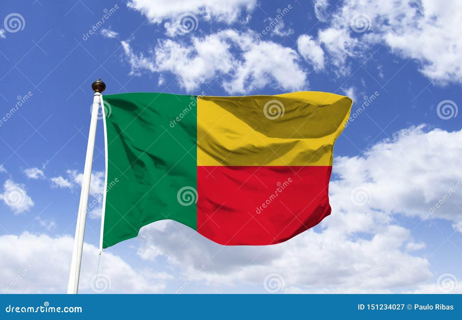 Vlag die van Benin, onder een blauwe hemel fladderen