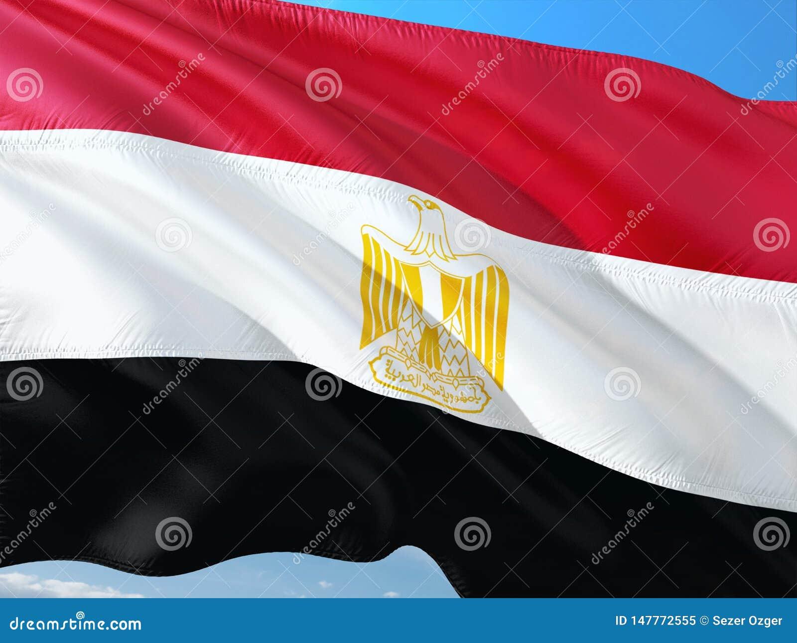 Vlag die van Egypte in de wind tegen diepe blauwe hemel golven Hoog - kwaliteitsstof