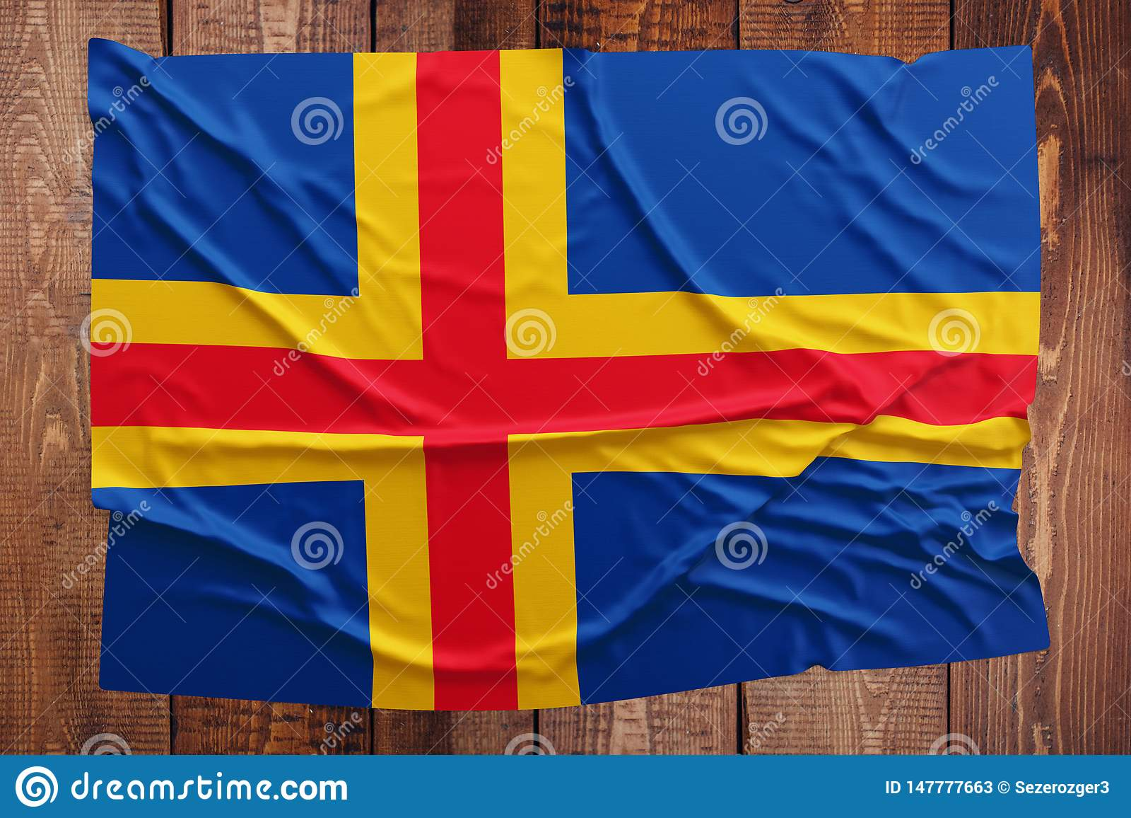 Vlag van Aland-Eilanden op een houten lijstachtergrond Gerimpelde vlag hoogste mening