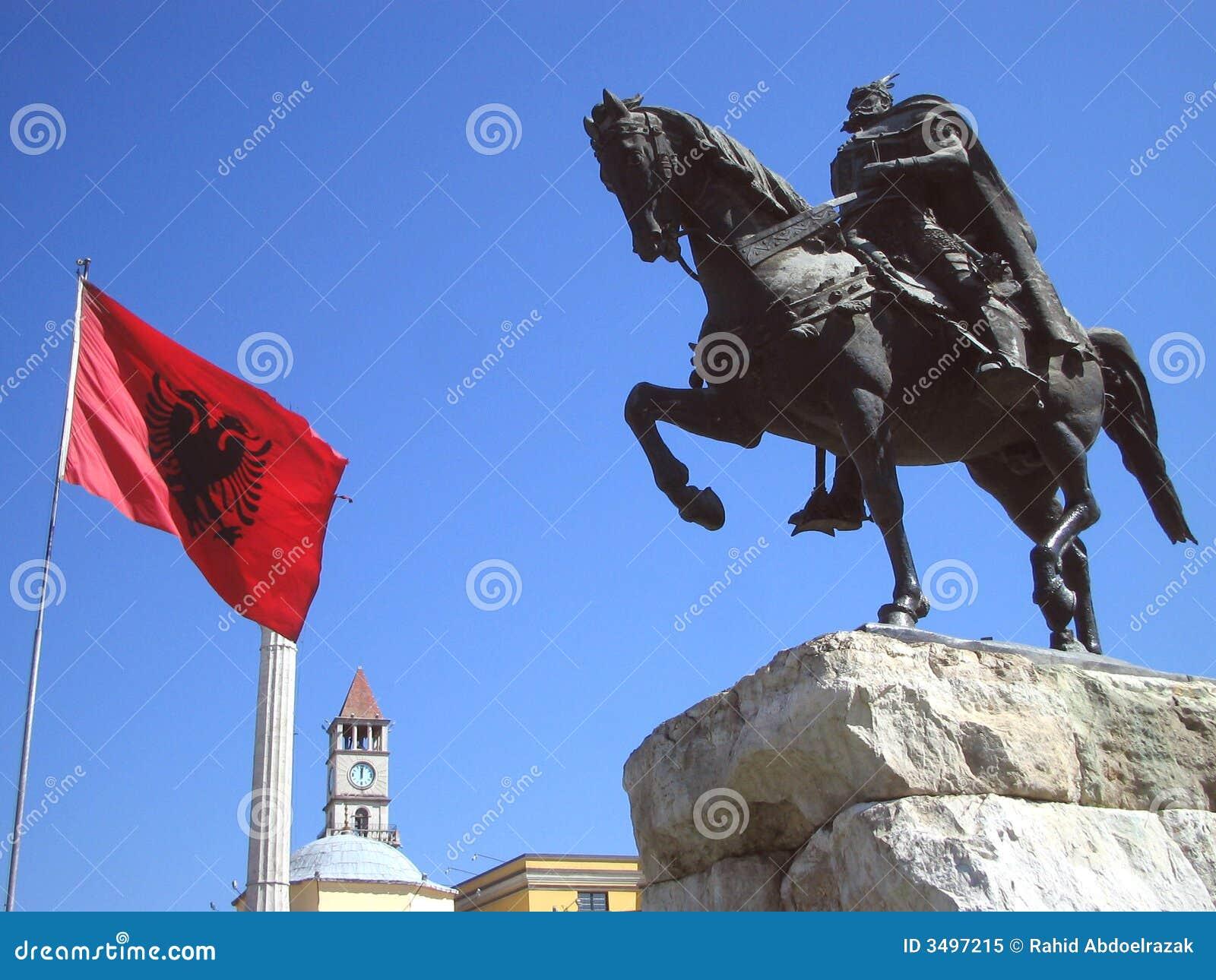 Vlag van Albanië en standbeeld