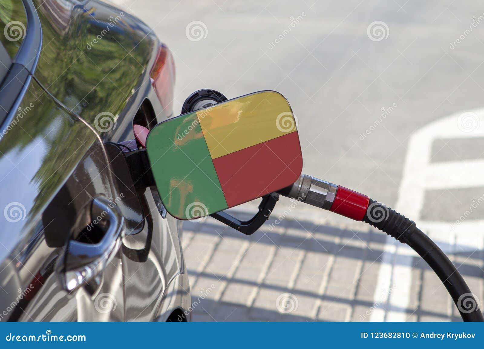 Vlag van Benin op de de vullerklep van de auto` s brandstof