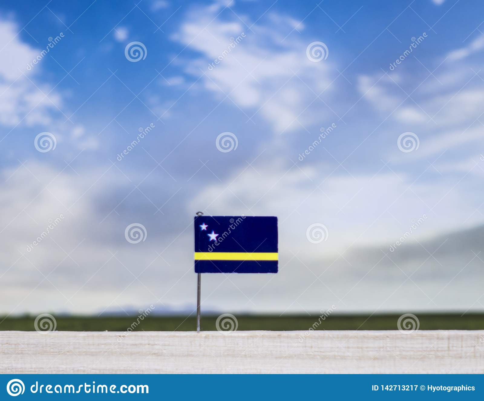 Vlag van Curacao met enorme weide en blauwe hemel achter het