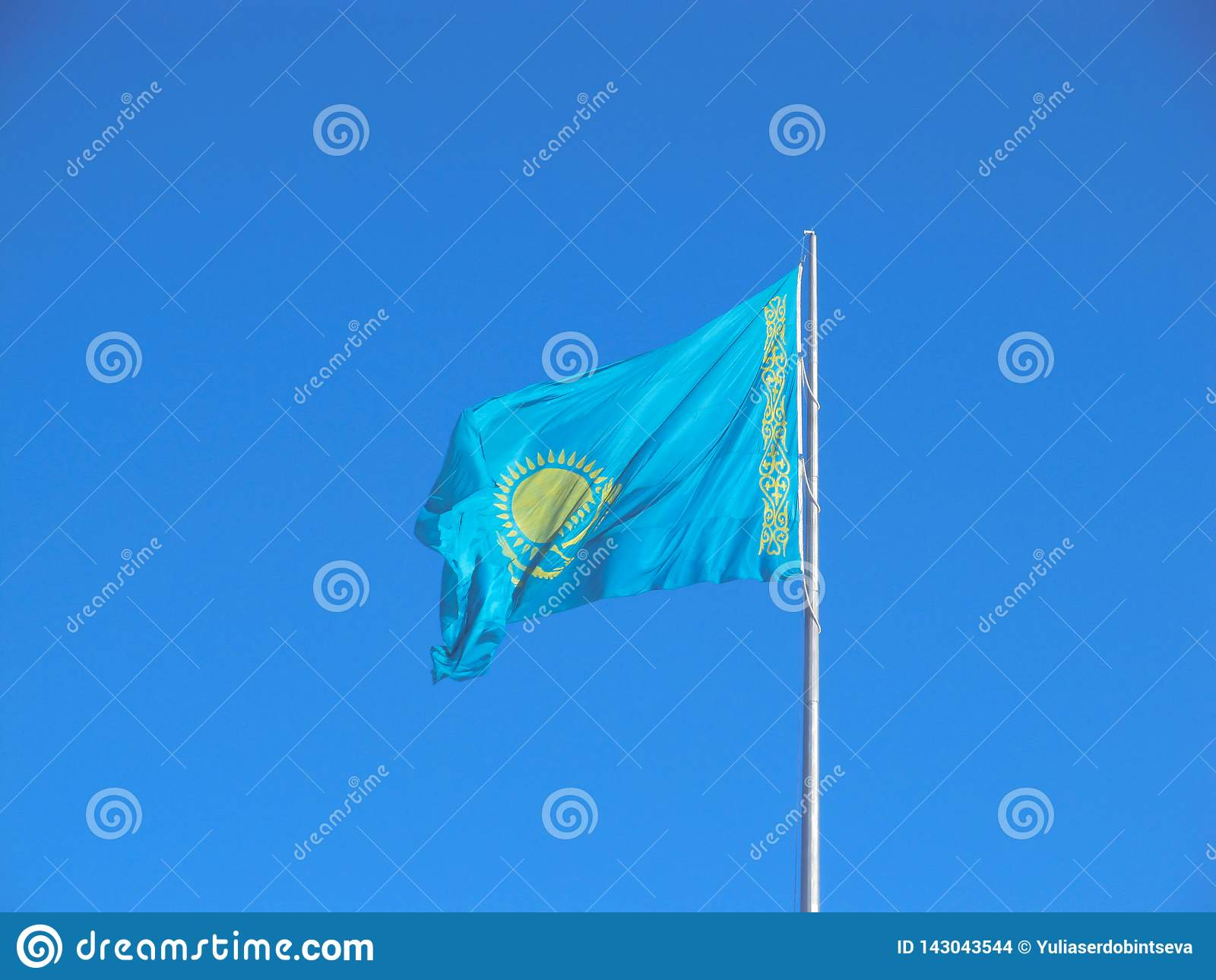 Vlag van de Republiek van Kazachstan over blauwe hemel