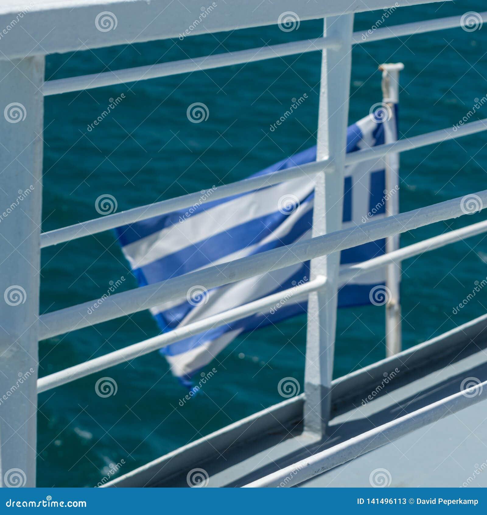 Vlag van Griekenland op het achtergedeelte van een boot