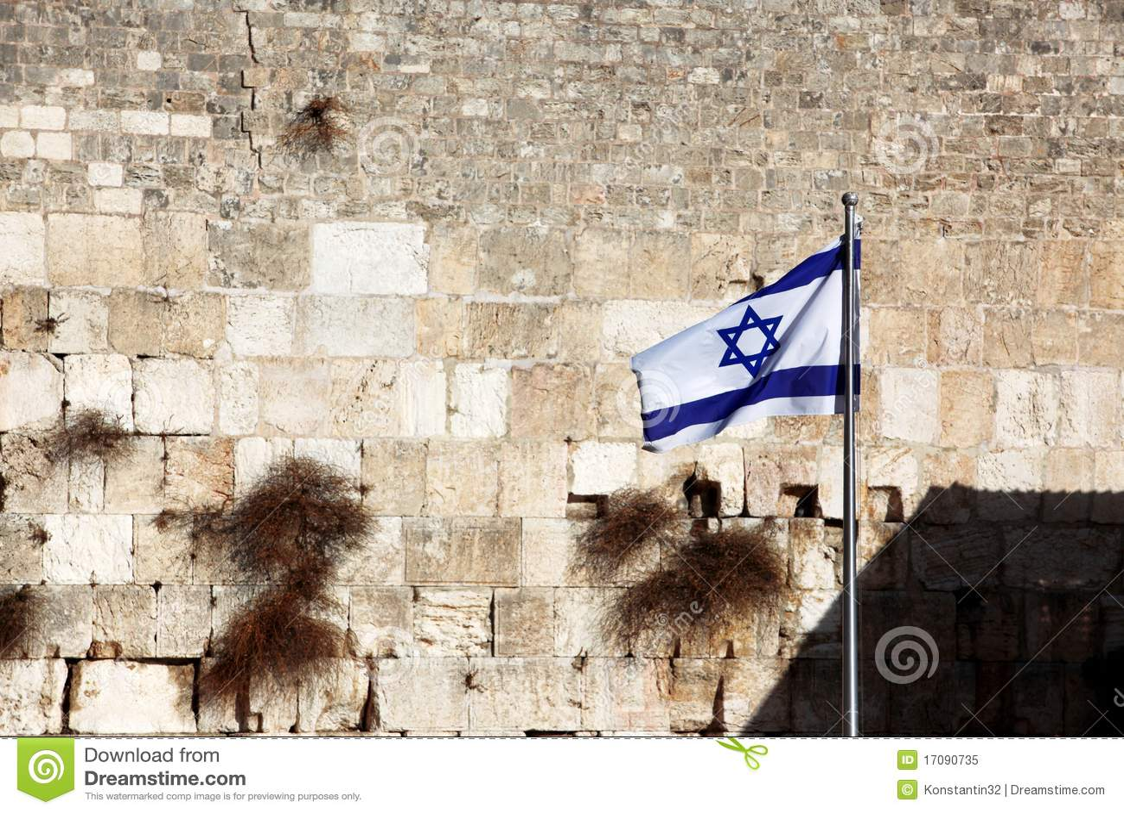 Vlag van Israël dat versus Muur loeit
