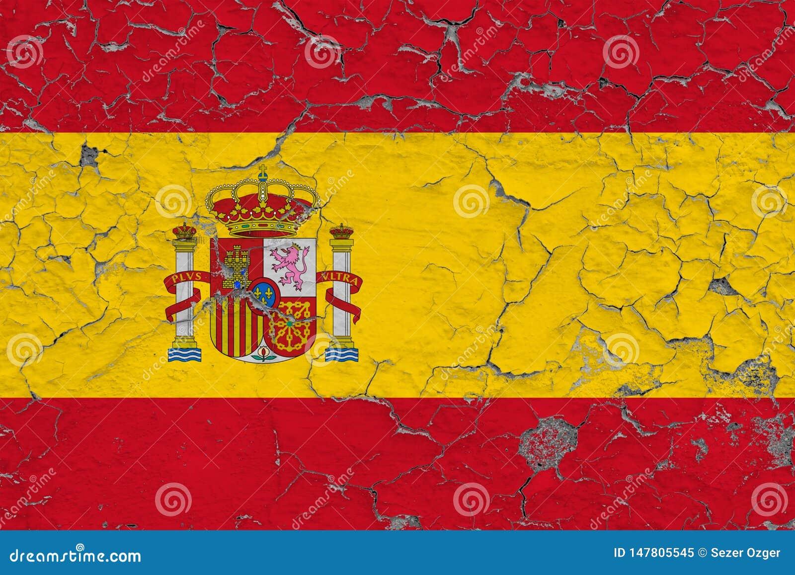 Vlag van Spanje op gebarsten vuile muur wordt geschilderd die Nationaal patroon op uitstekende stijloppervlakte