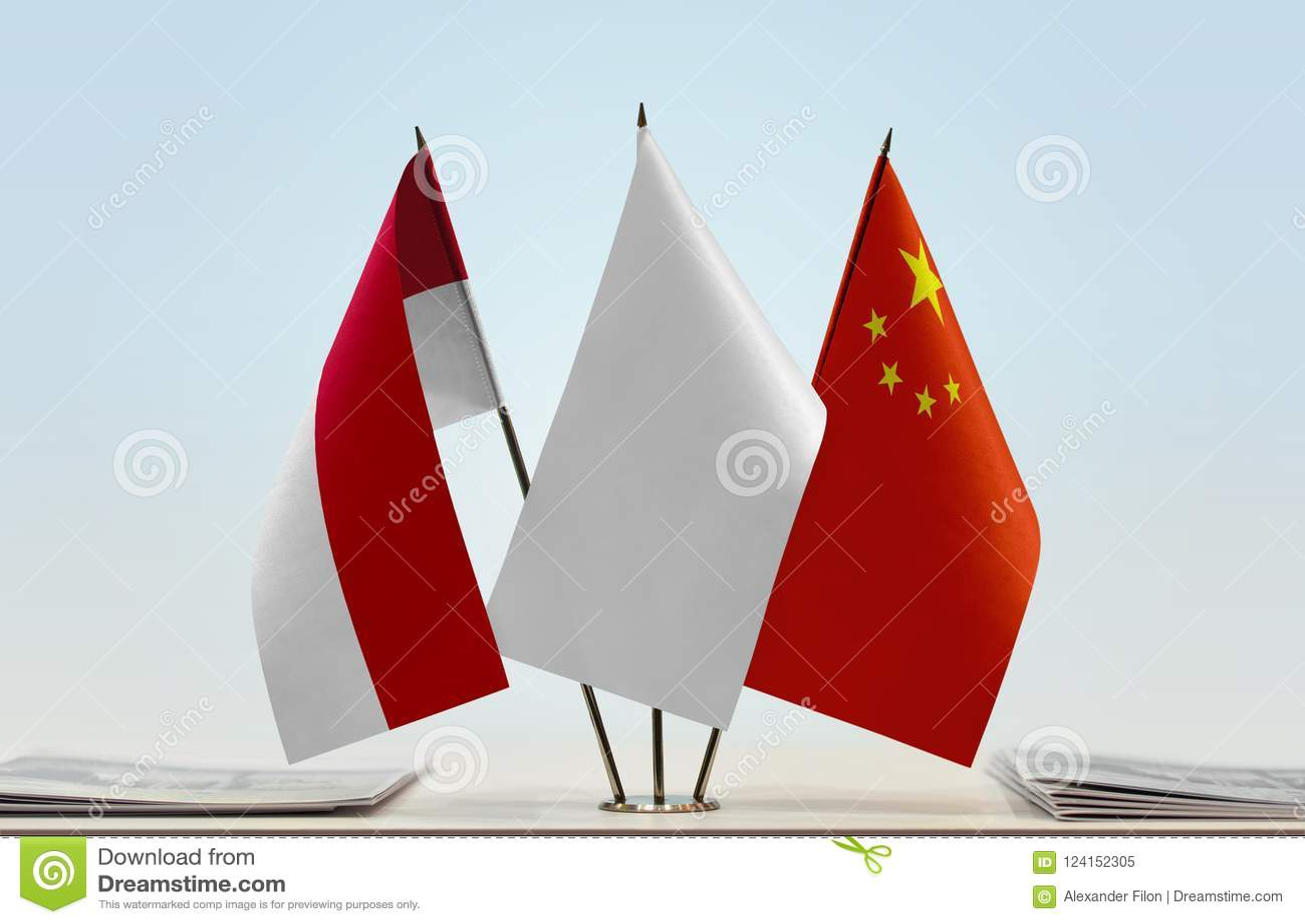 Vlaggen van Monaco en China