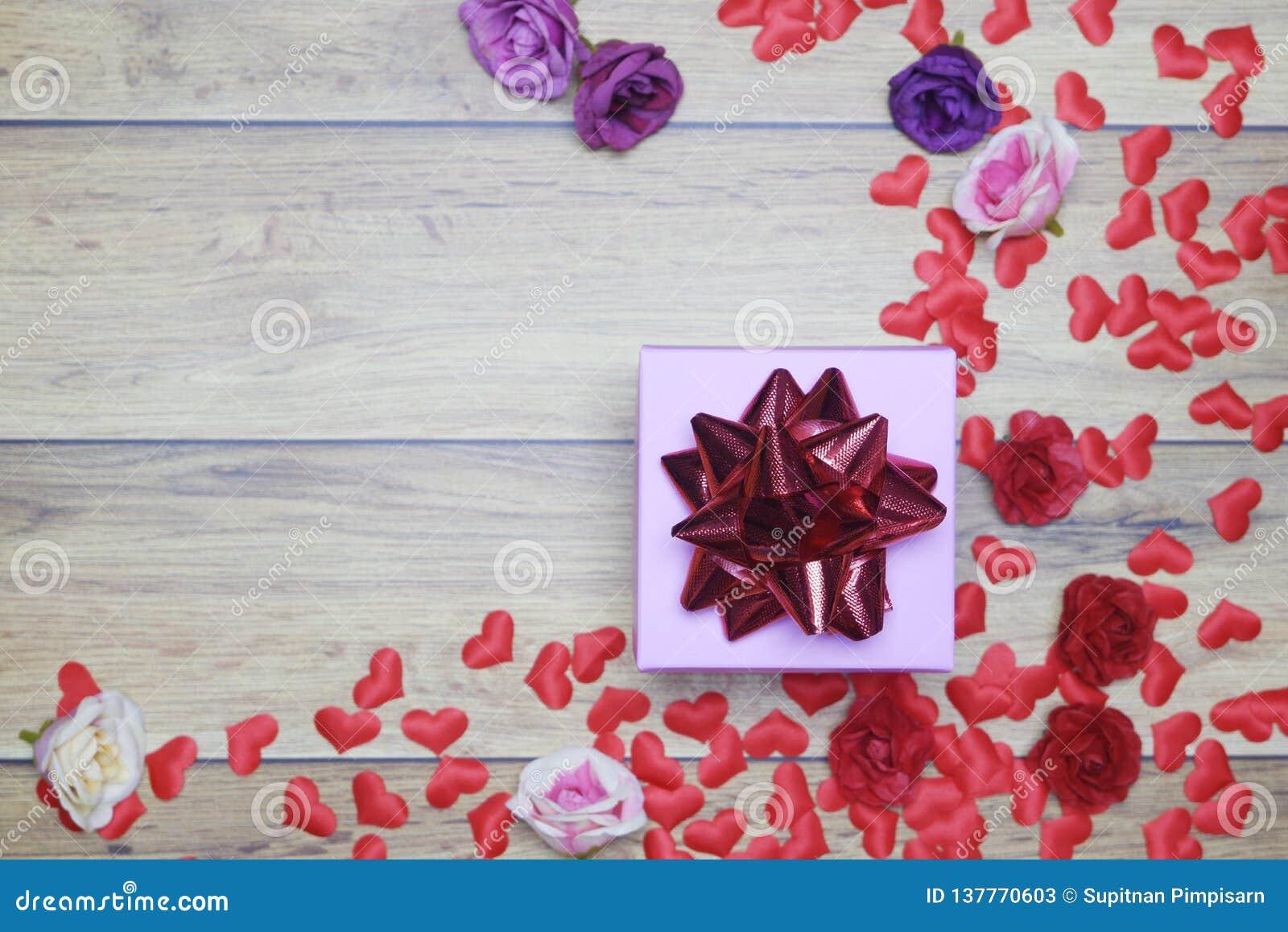 Vlak-leg achtergrond voor de Dag van Valentine, liefde, harten, giftvakje Exemplaarruimte