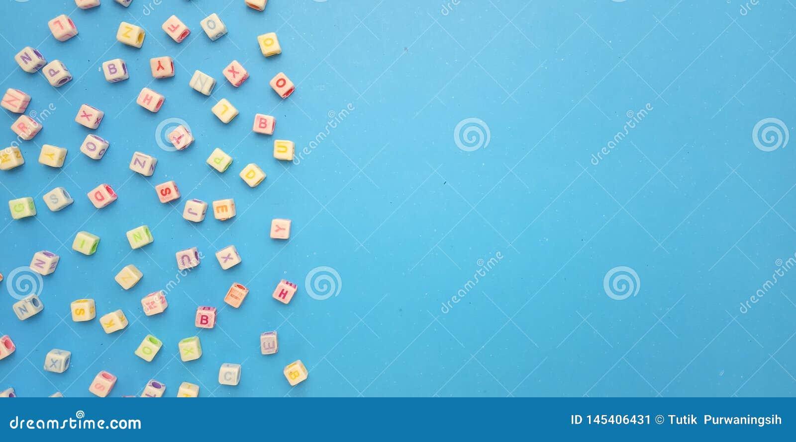 Vlak leg, Blauwe Achtergrond en Ontwerp van het de Parelelement van de Alfabet het Plastic Kubus voor bericht, citaat, de plaatsi