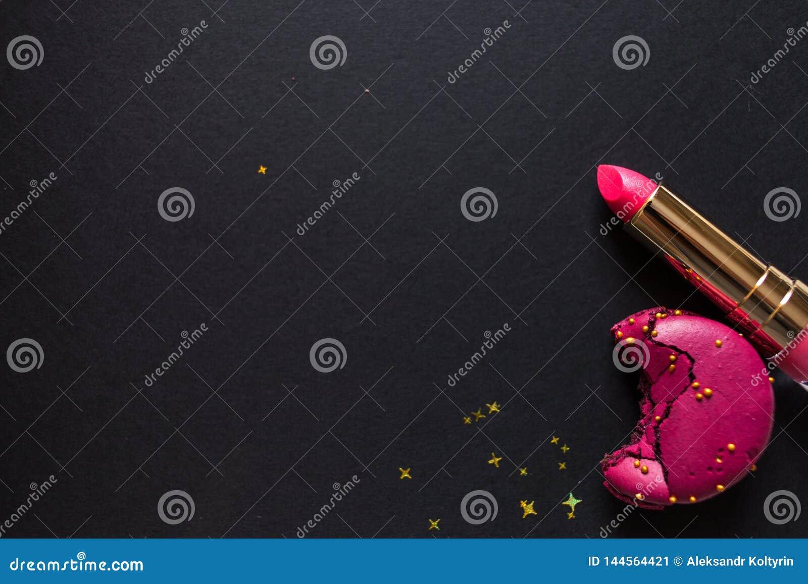 Vlak leg malplaatje, in betoverende elegante stijl, zwarte achtergrond, scharlaken lippenstift en gouden lovertjes
