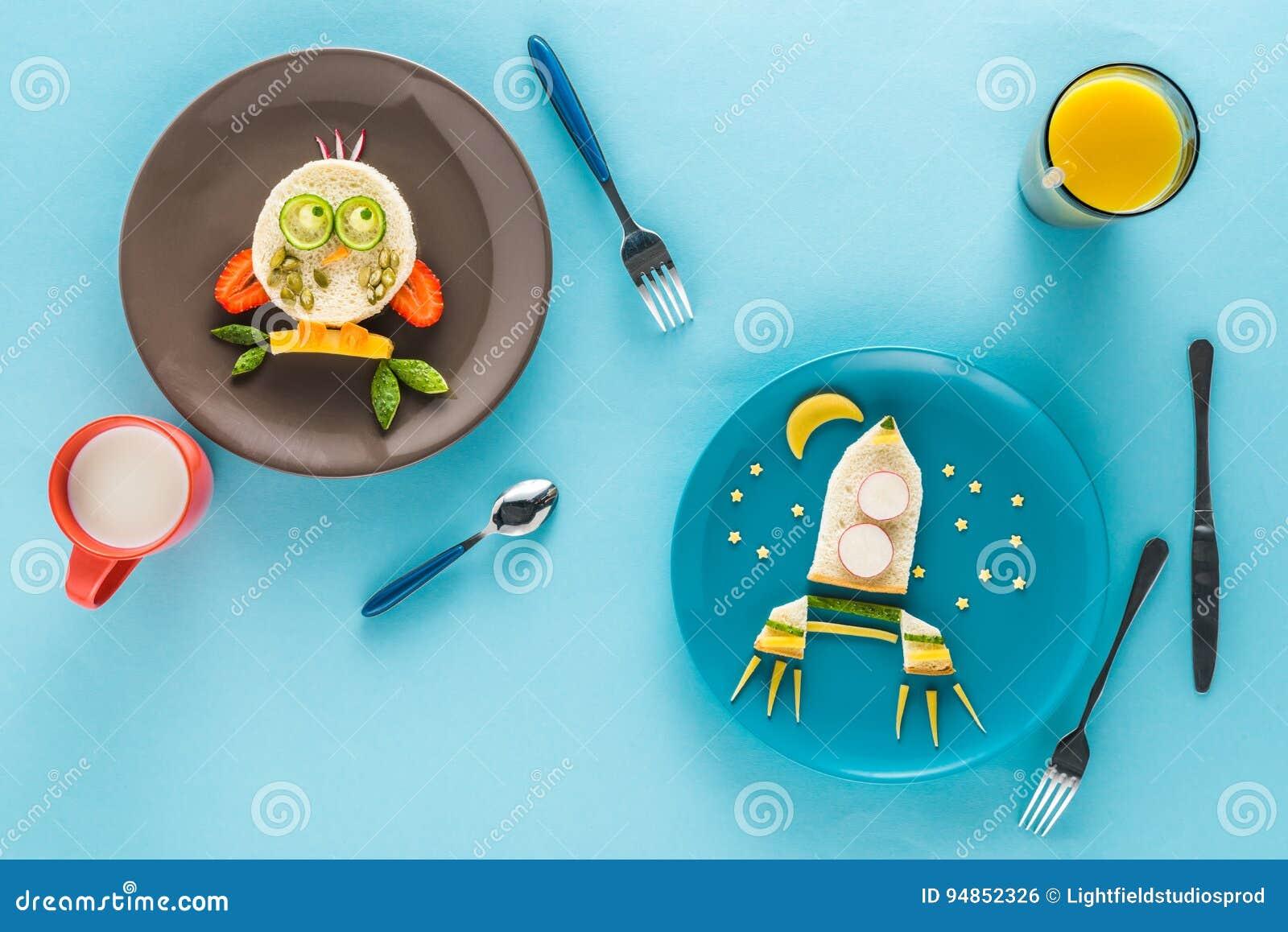 Vlak leg met creatief gestileerd kinderen` s ontbijt met dranken