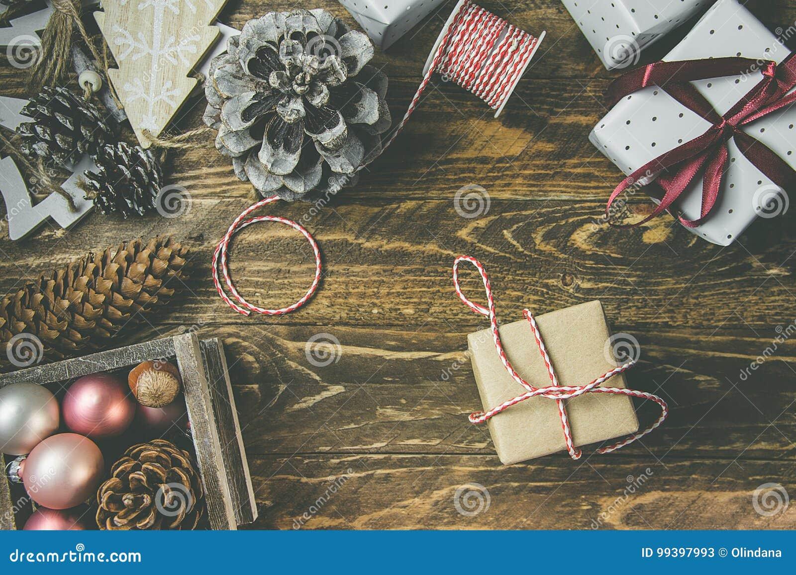 Vlak leg op rustieke oude houten achtergrond, Kerstmis of Nieuwjaren gits die in ambacht bruin Witboek wordt verpakt Lint, streng