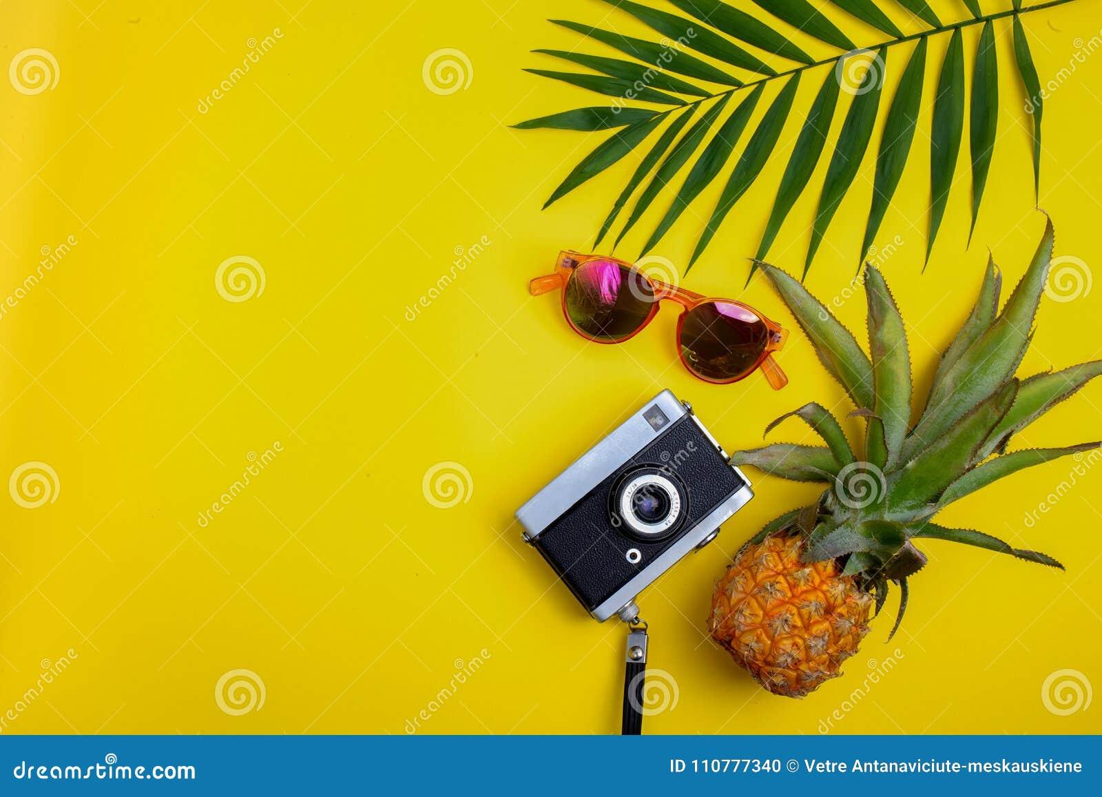 Vlak leg reizigerstoebehoren op gele achtergrond Hoogste meningsreis of vakantieconcept