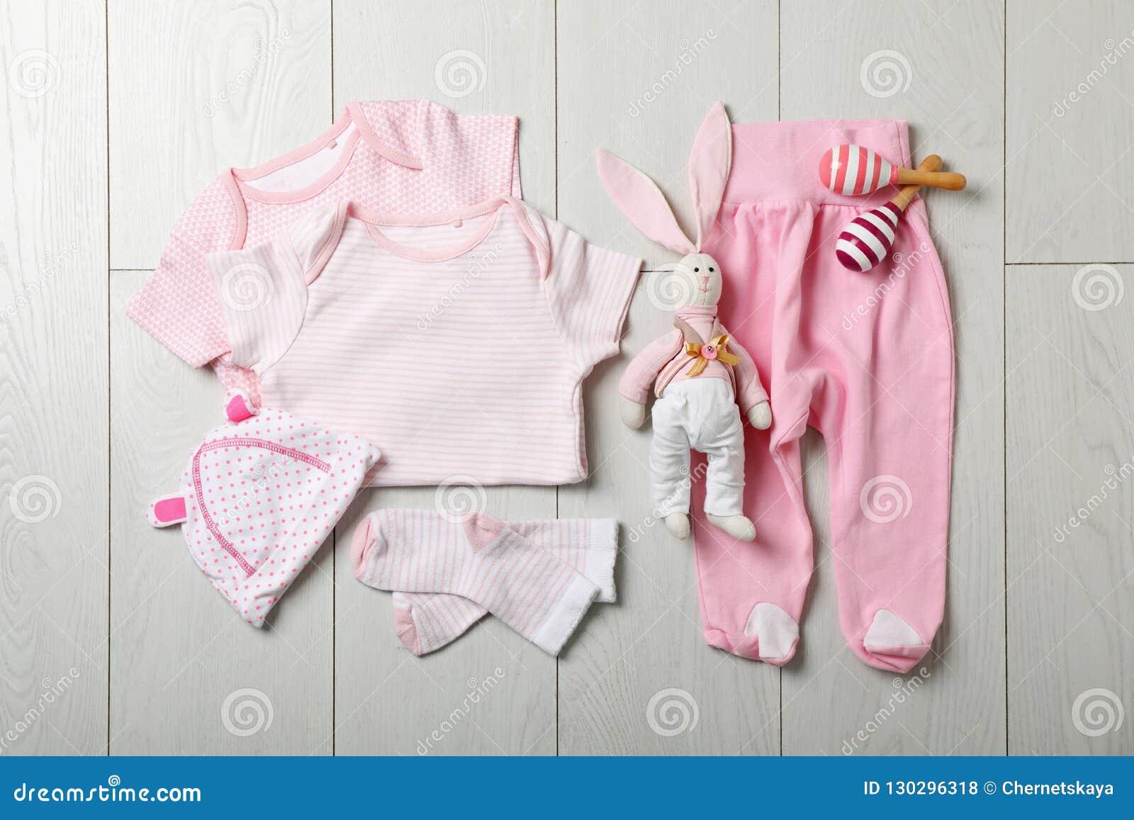 Vlak leg samenstelling met modieuze babykleren