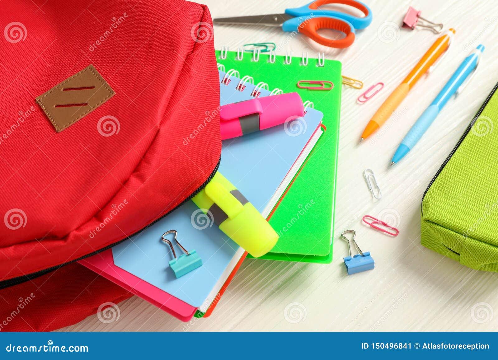Vlak leg samenstelling met rugzak en schoollevering