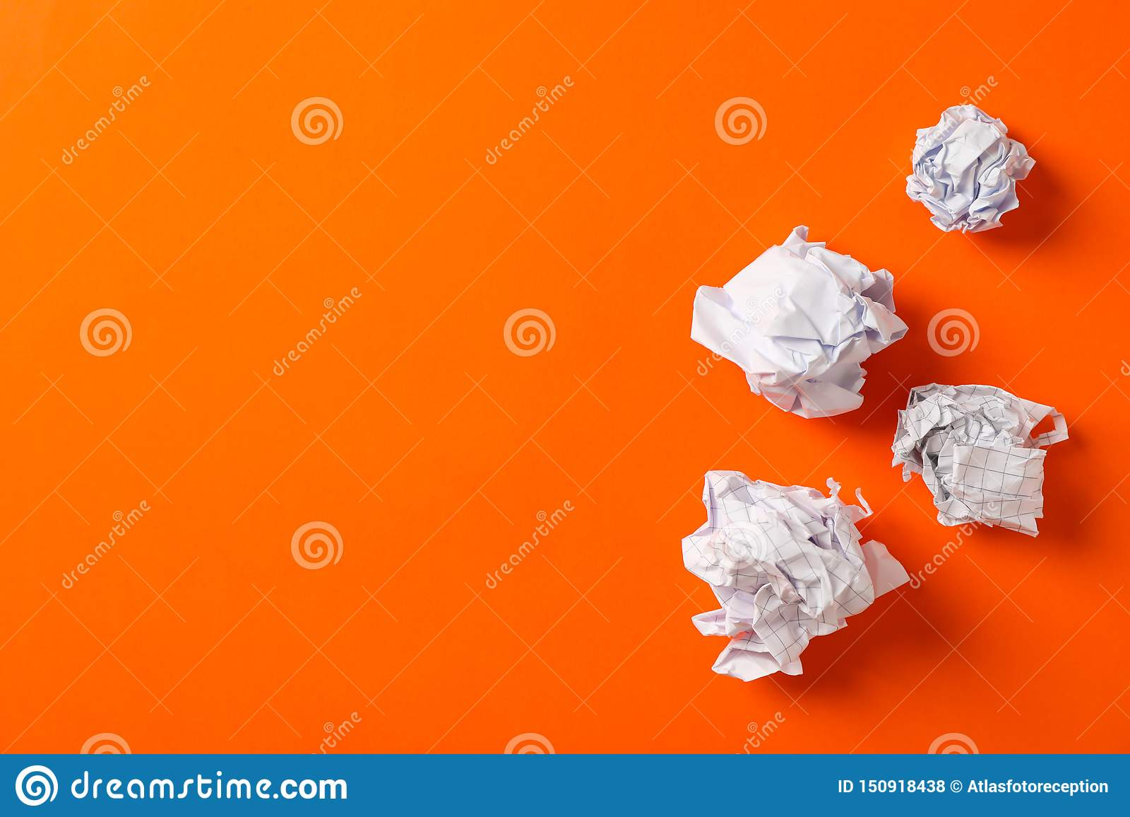 Vlak leg samenstelling met verfrommelde document ballen op kleurenachtergrond