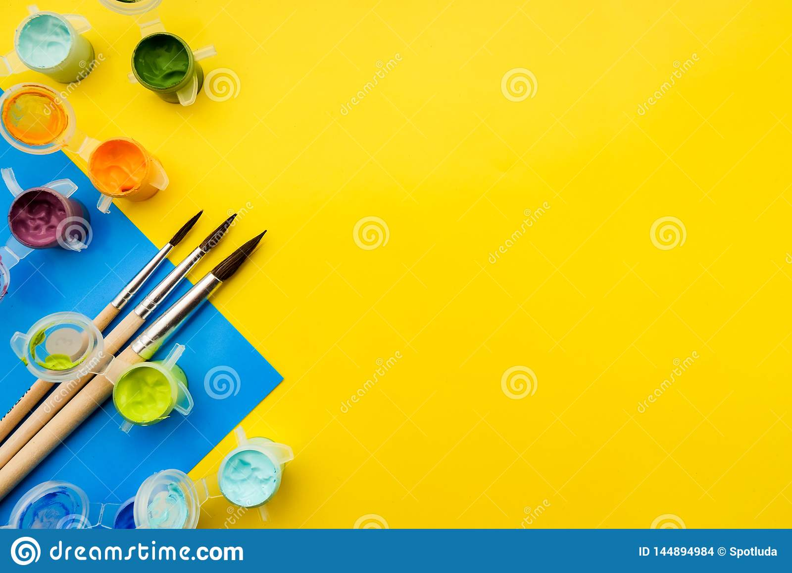 Vlak leg samenstelling met verschillende acryl of olieverven en borstels op grungeachtergrond