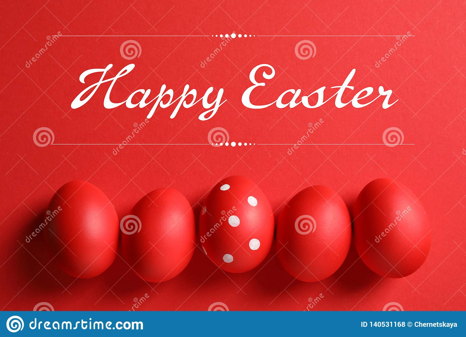 Vlak leg samenstelling van rode geschilderde eieren en teksten Gelukkige Pasen