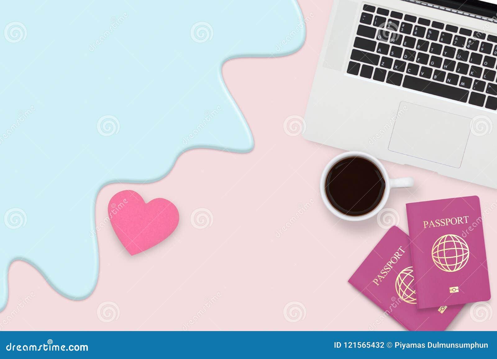 Vlak leg van paarpaspoort, kop van koffie en computerlaptop