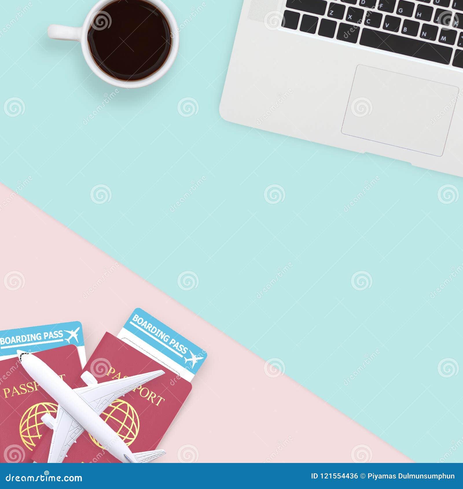 Vlak leg van paspoort, witte vliegtuigmodel en computerlaptop