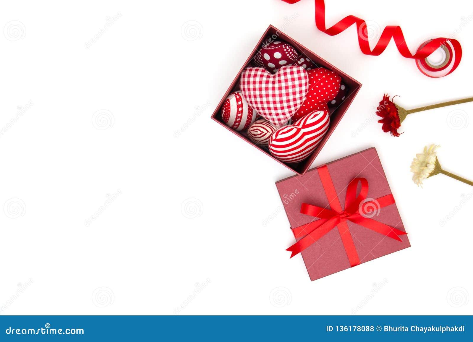 Vlak leg van rood hoofdkussenshart in giftdoos