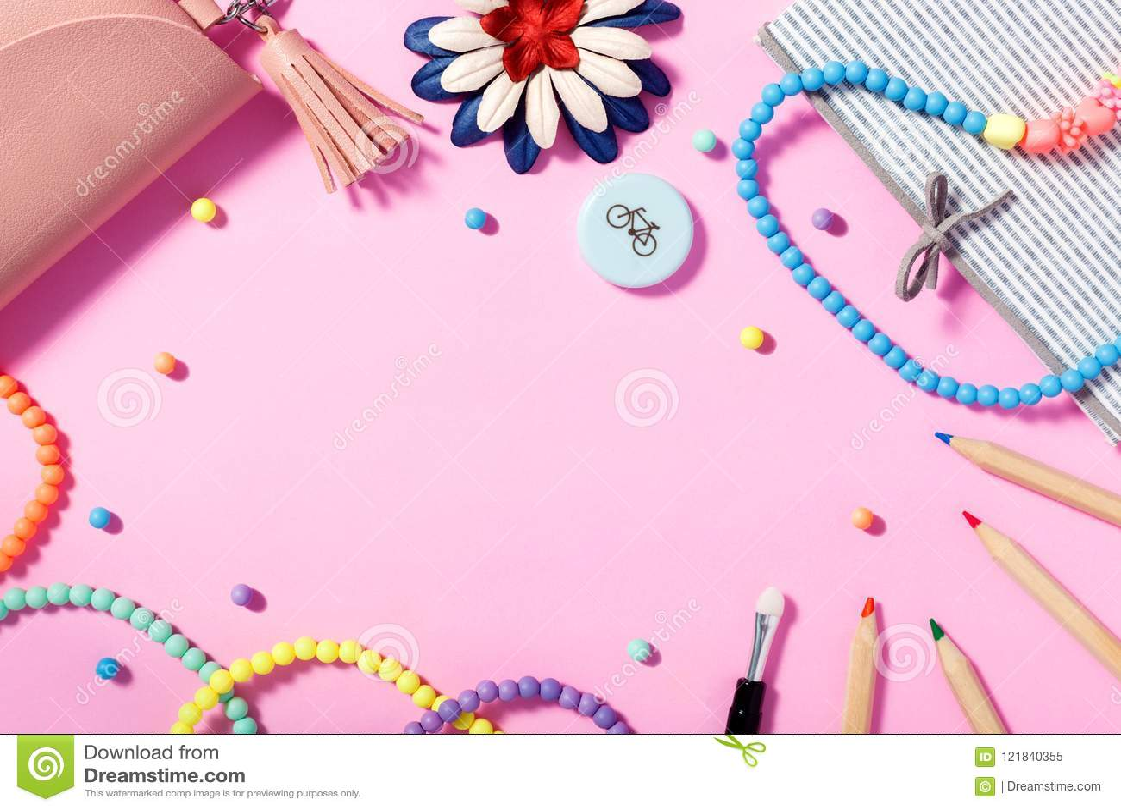 Vlak leg van vrouwen` s levensstijl, toebehoren en schoonheidsmiddelen met roze achtergrond