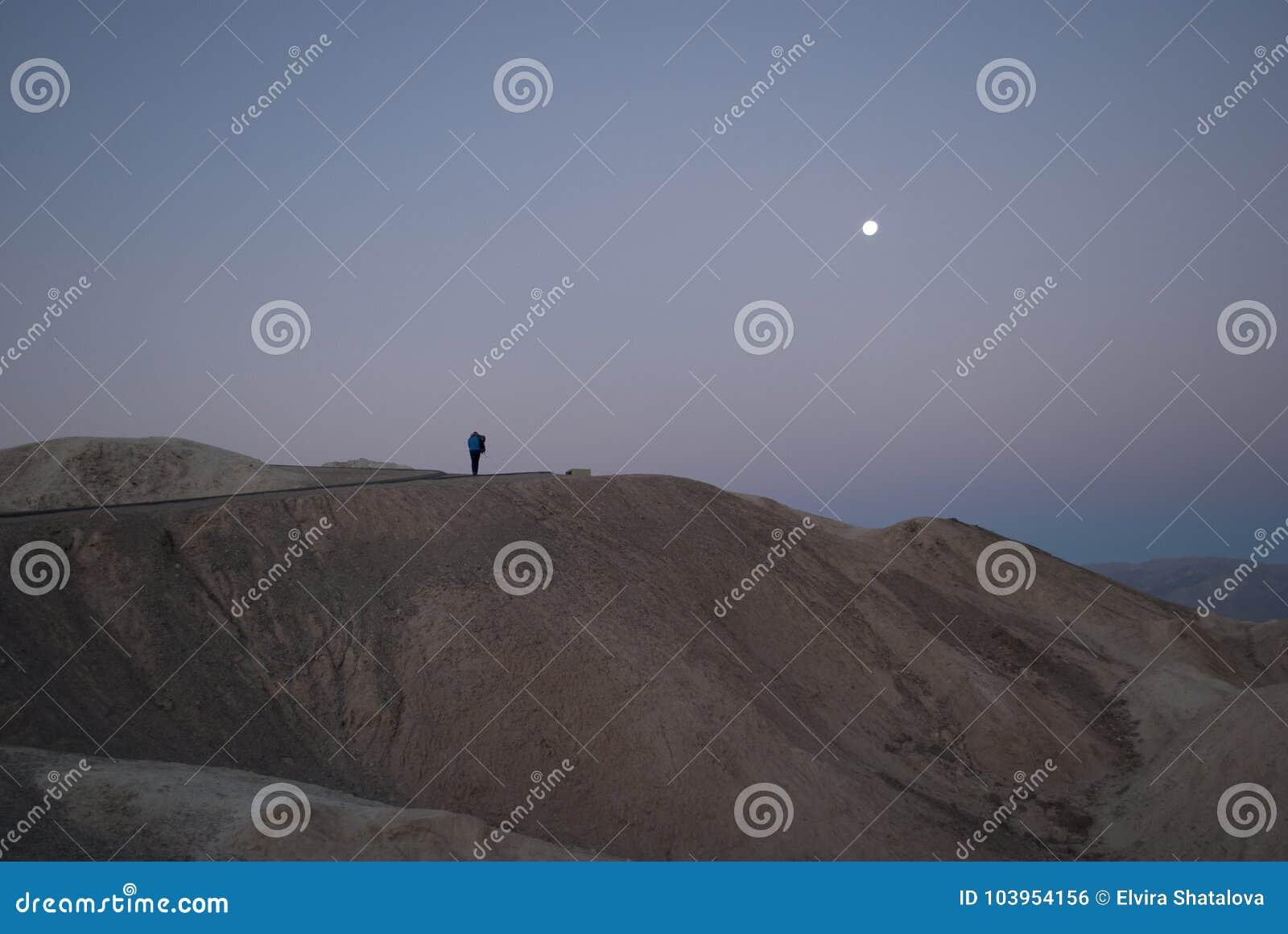 Vlak vóór zonsopgang, beklimt de mens een berg om de zonsopgang te ontmoeten