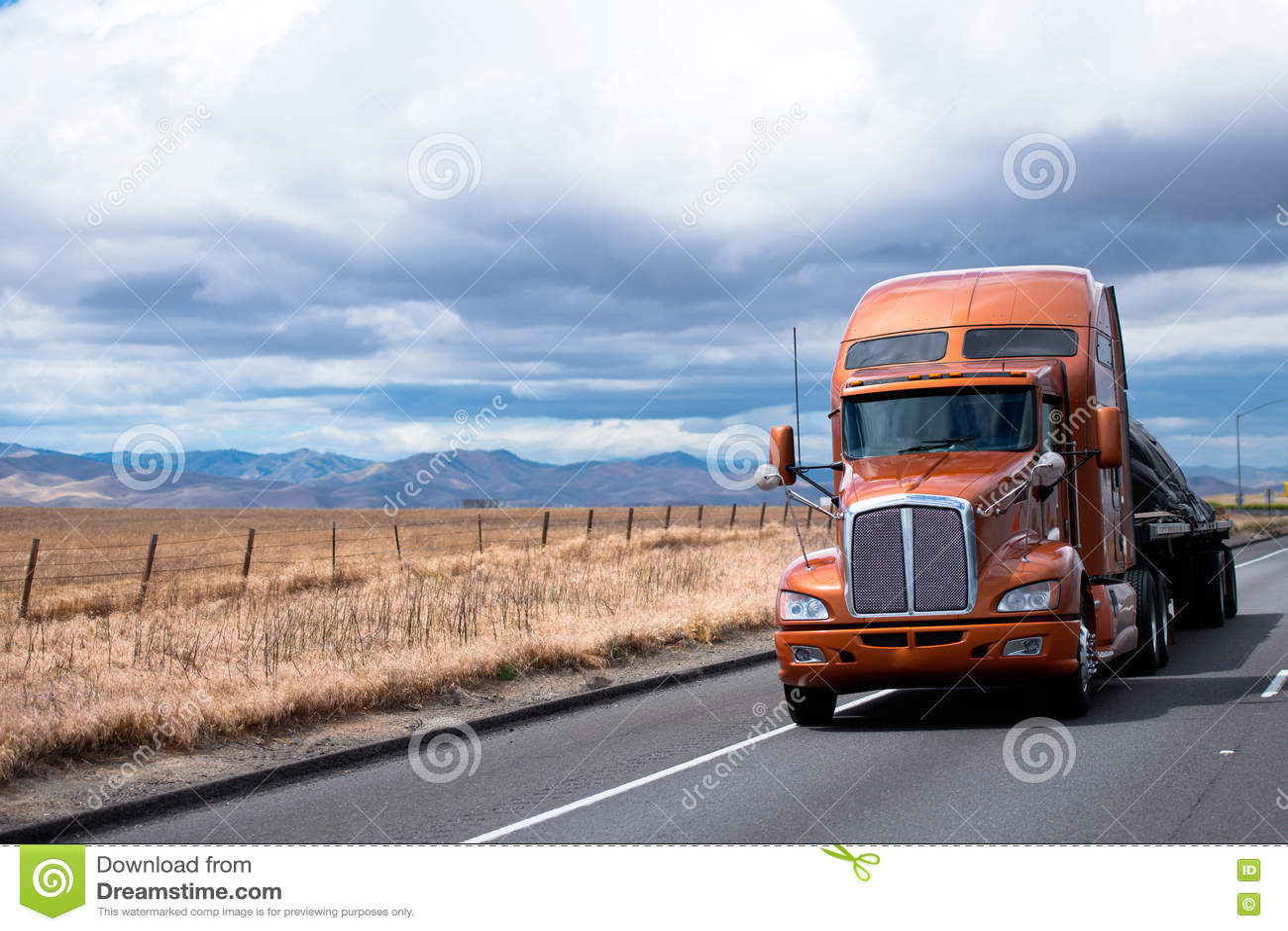 Vlakke bed semi vrachtwagen die lading vervoeren onder dekking op Californië
