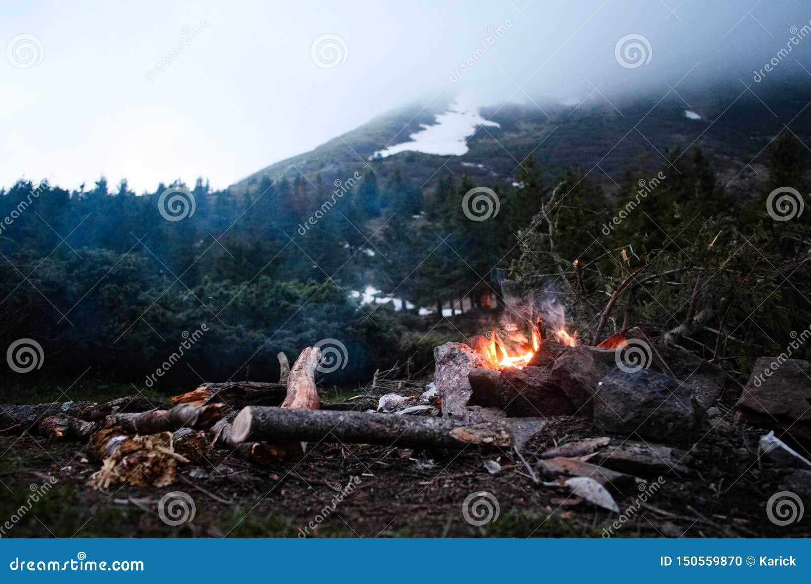 Vlammend vuur in kamp tijdens wandeling in Karpatische bergen