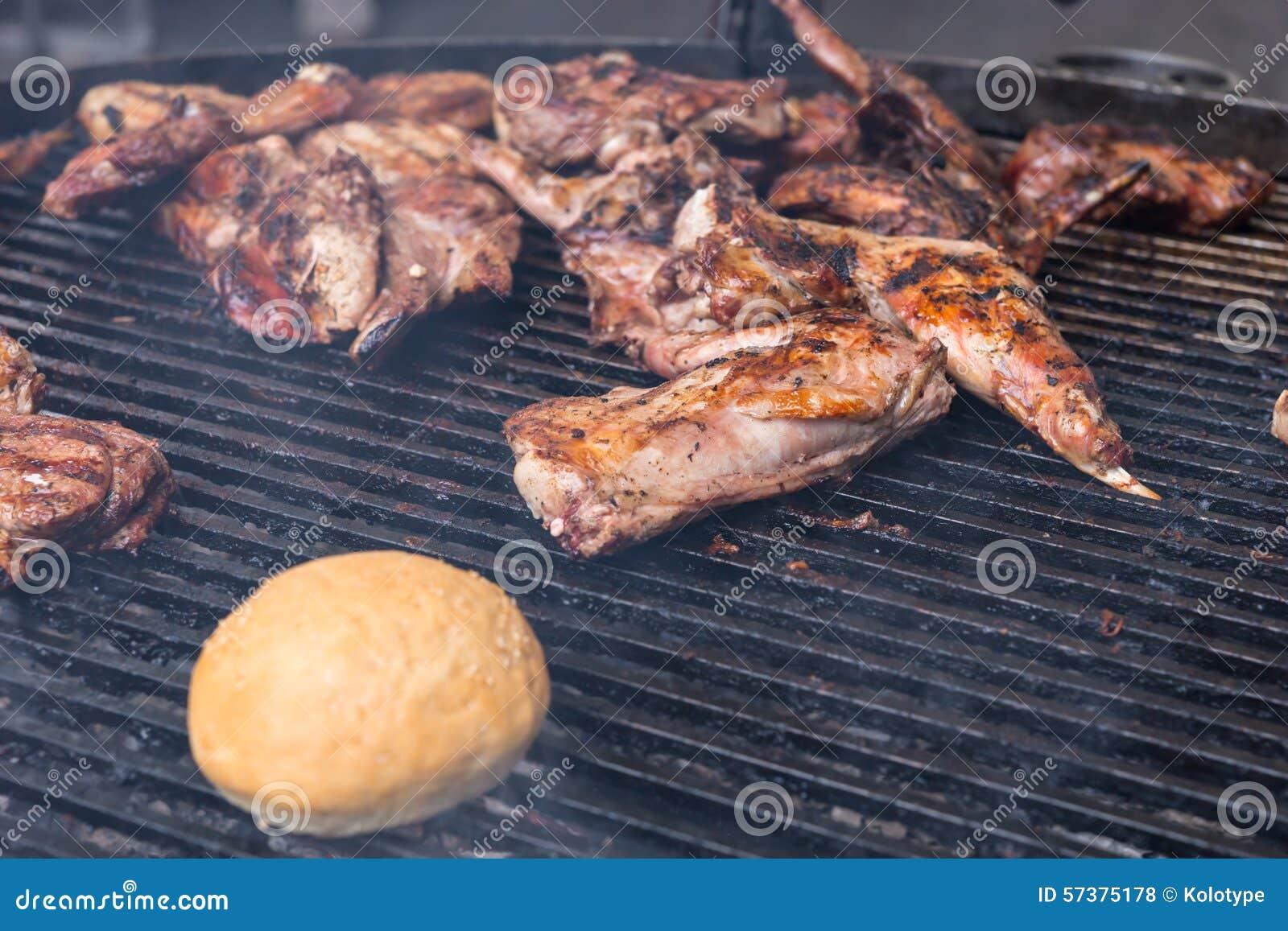 Vlees en een broodje die op BBQ roosteren