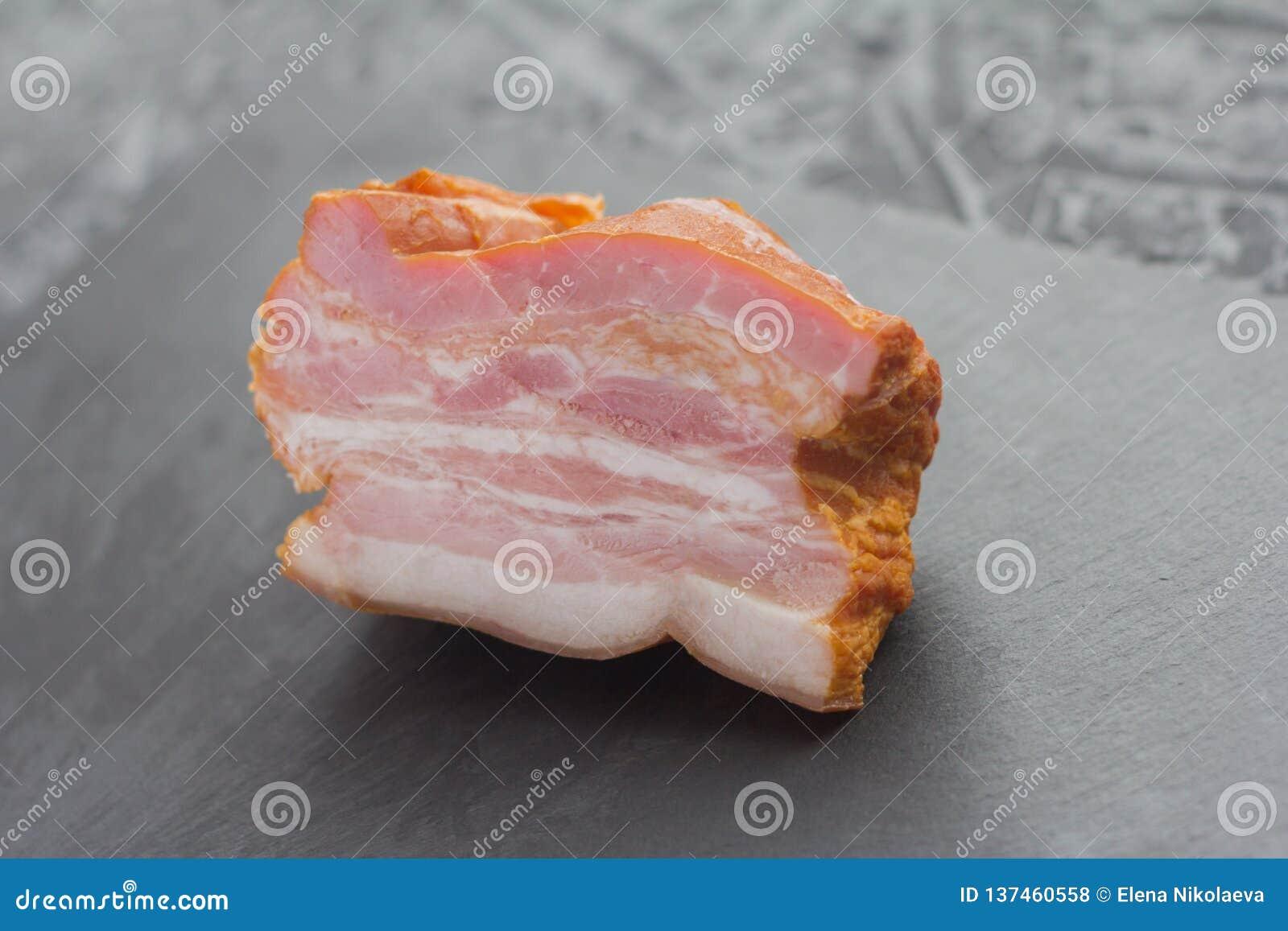 Vleesdelicatesse, gerookt borststuk op een steenraad