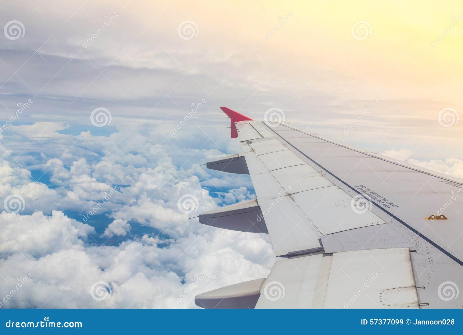 Vleugel van een vliegtuig die hierboven vliegen