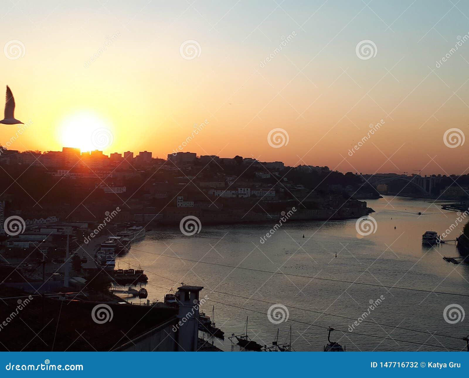 Vliegend over de stad, zonsondergang in Porto
