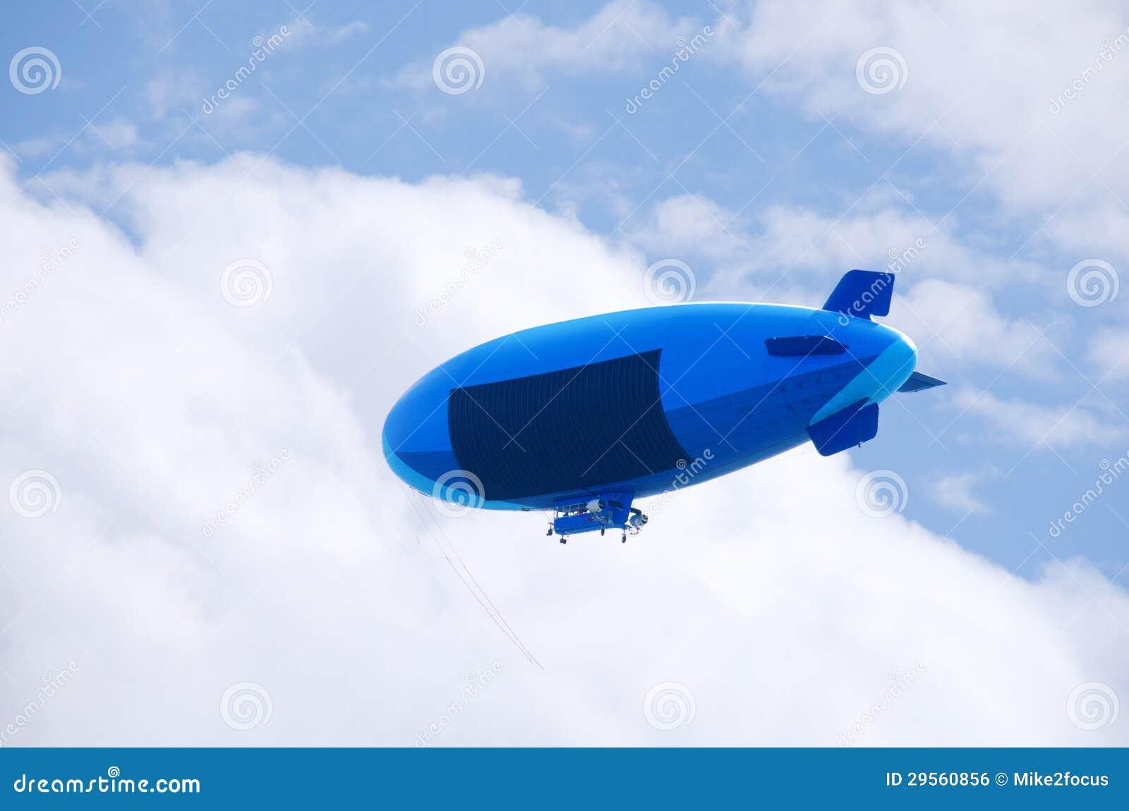 Vliegende blimp met het lege gebied van het reclameteken