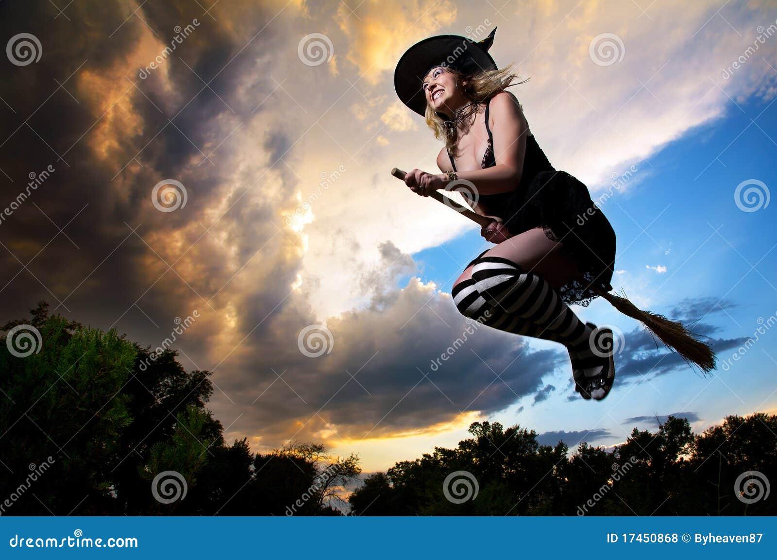 Heks Op Bezem Storm.Vliegende Heks Op Bezemsteel Stock Foto Afbeelding