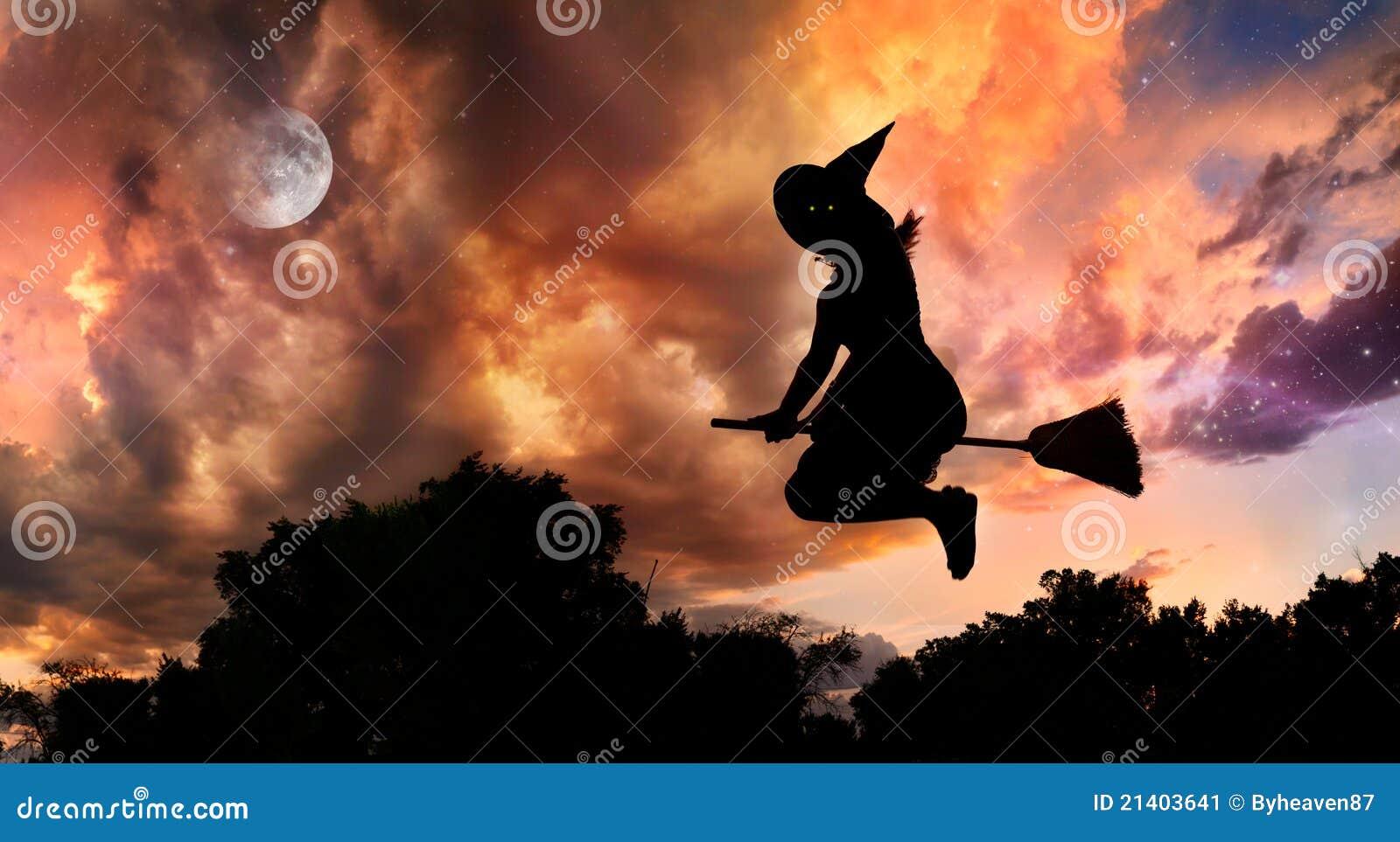 Heks Op Bezem Storm.Vliegende Heks Op Bezemsteel Stock Afbeelding Afbeelding