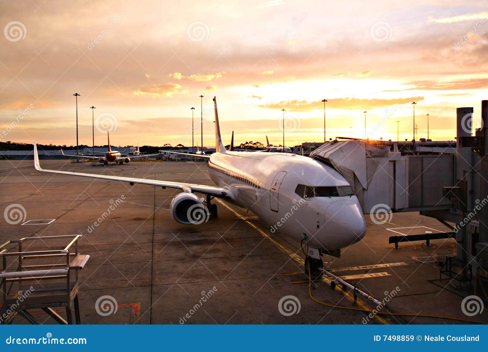 Vliegtuig bij de Terminal van de Luchthaven van Melbourne