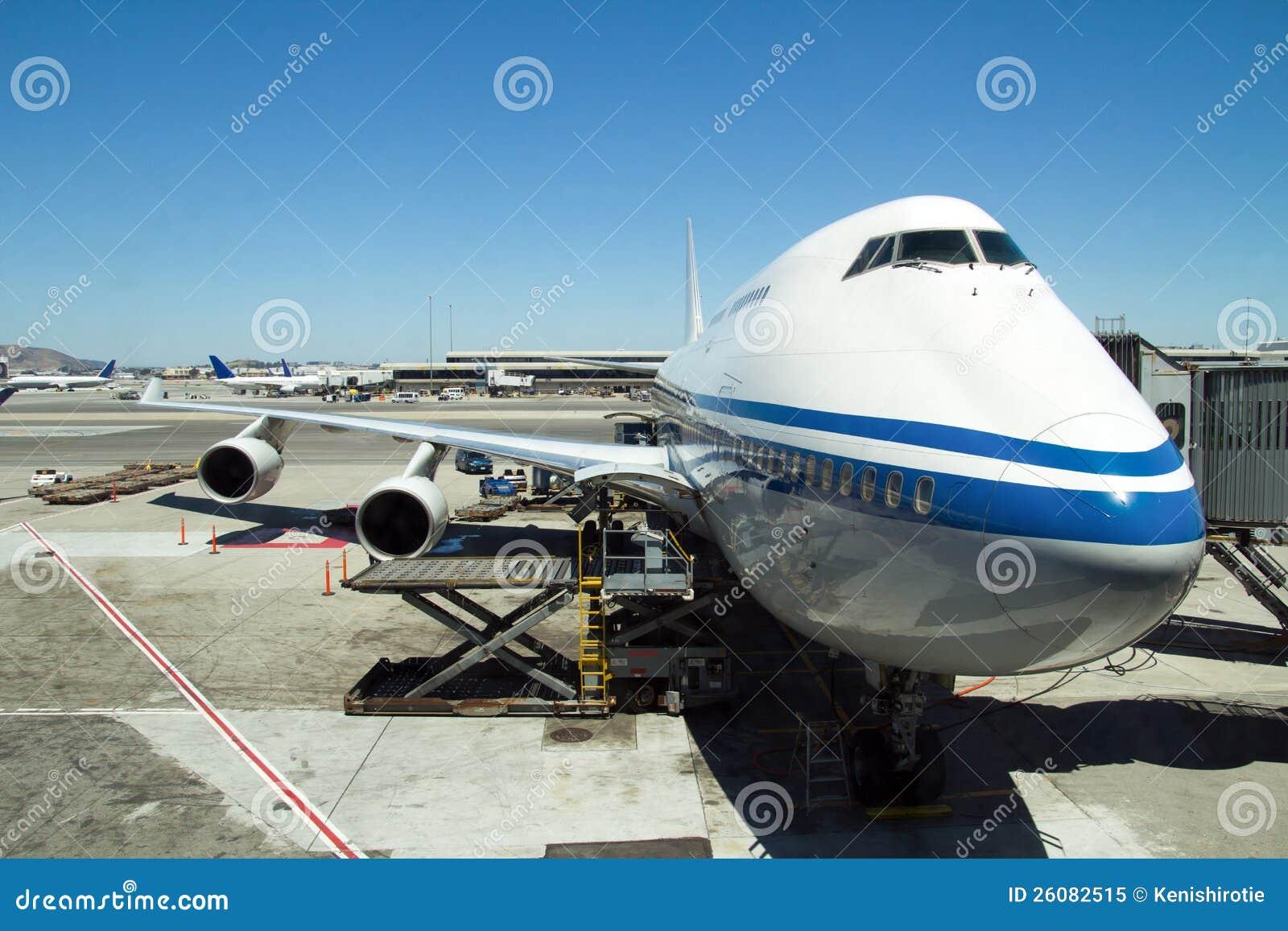 Vliegtuig dat bij de luchthaven wordt geparkeerd