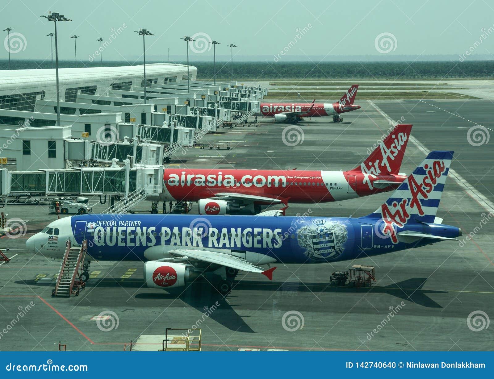 Vliegtuig die bij de internationale luchthaven dokken