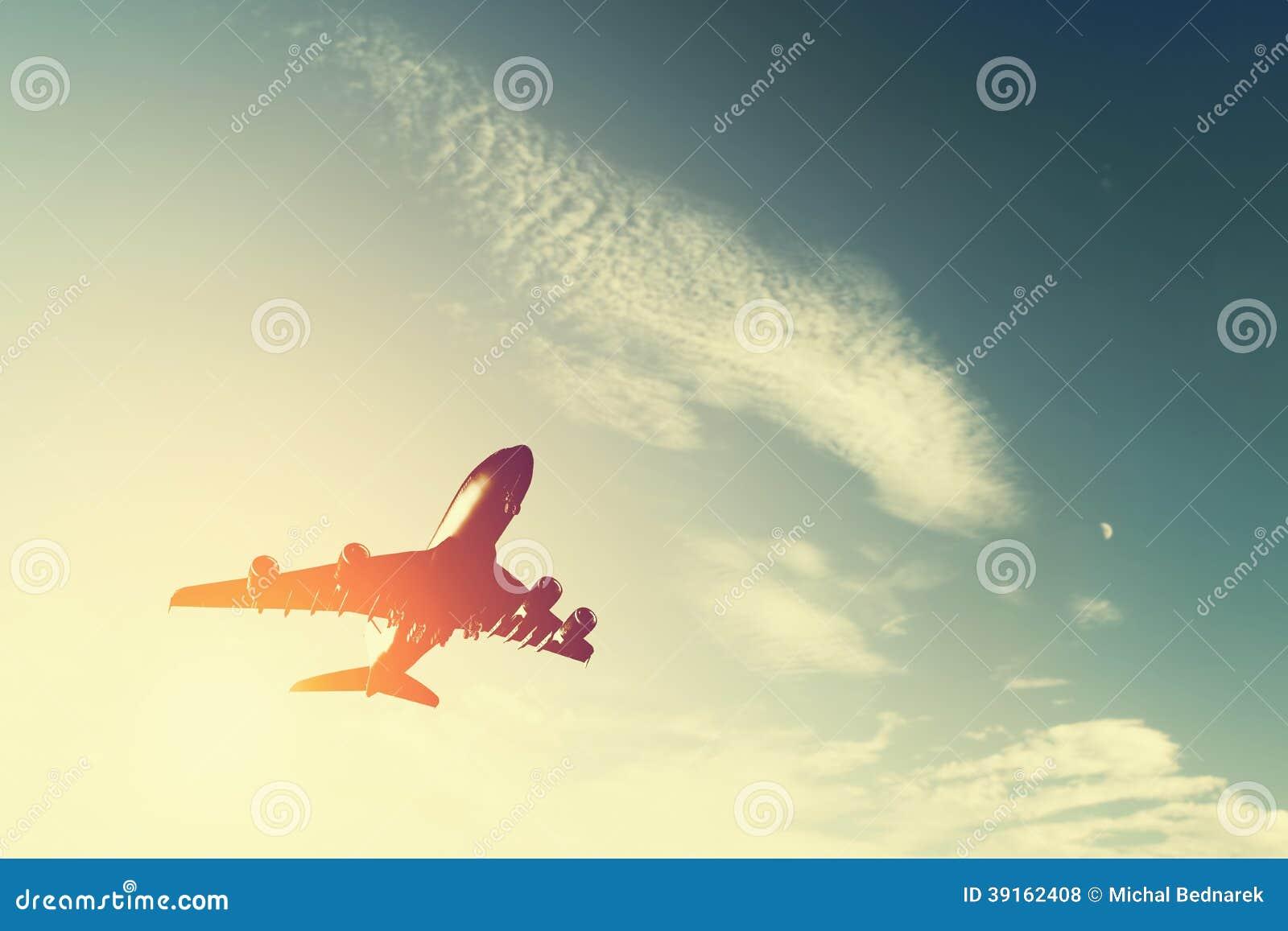 Vliegtuig die bij zonsondergang opstijgen.