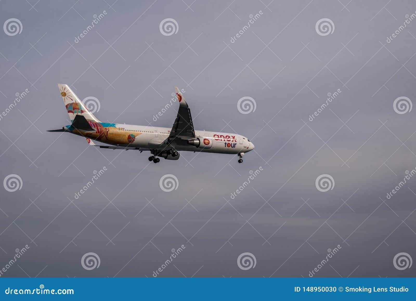 Vliegtuig die in een bewolkte hemel vliegen