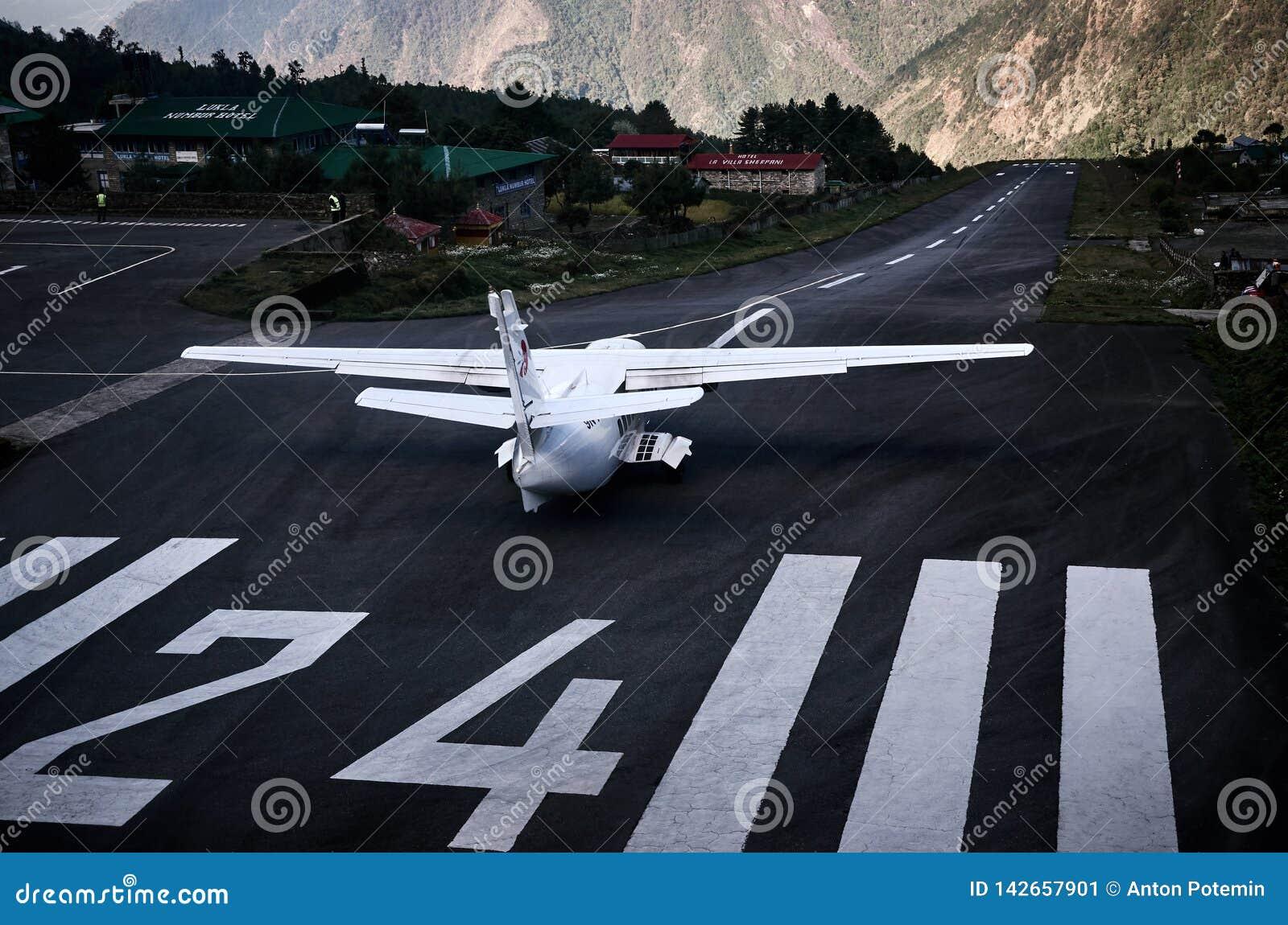 Vliegtuig die op het vliegveld van Lukla blijven