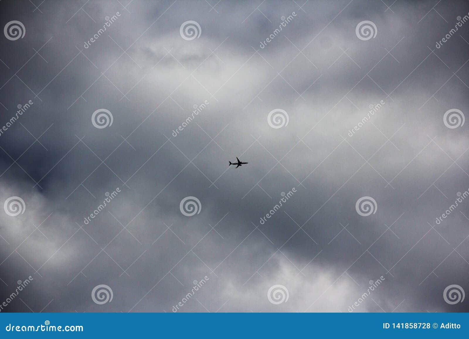 Vliegtuig op bewolkte dag