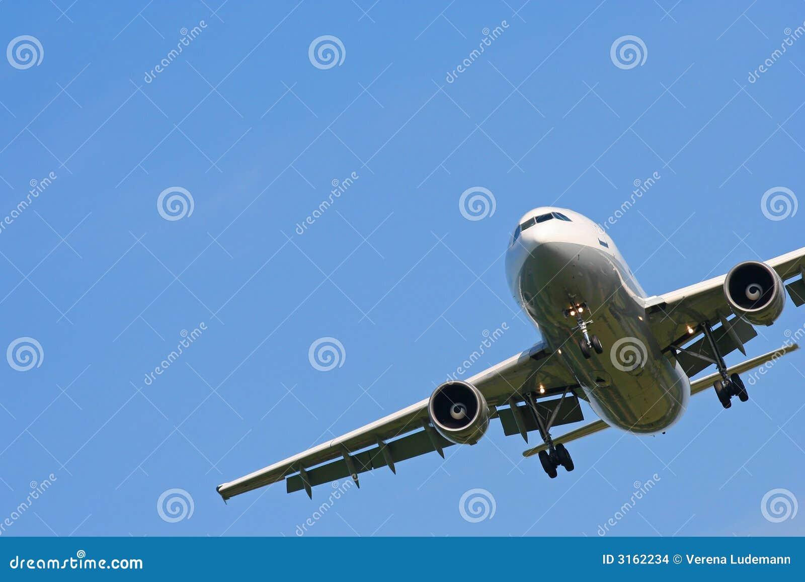 Vliegtuig op blauwe hemel