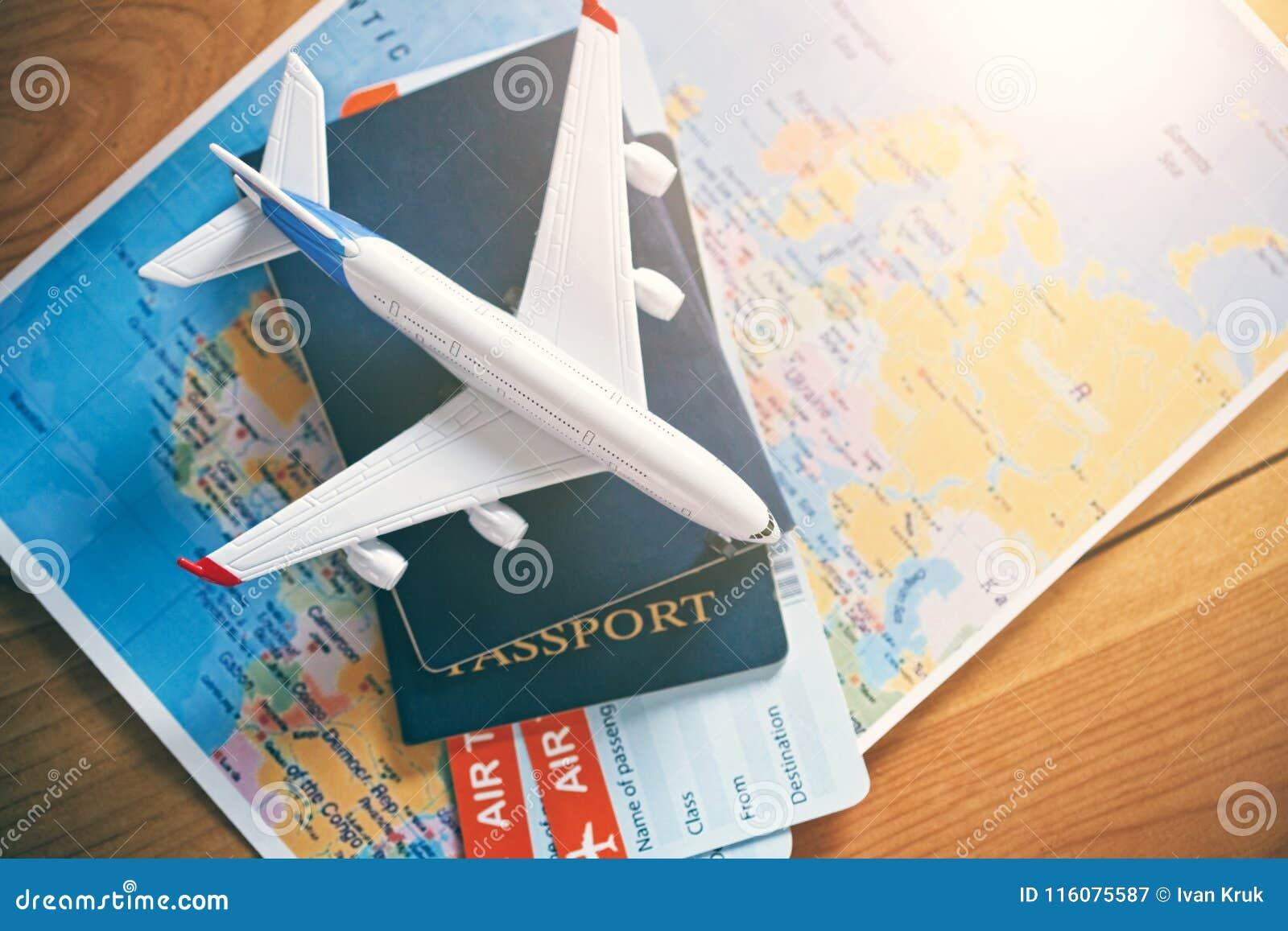 Vliegtuig Reizen En Kaartjes Die Concept Boeken Stock Afbeelding