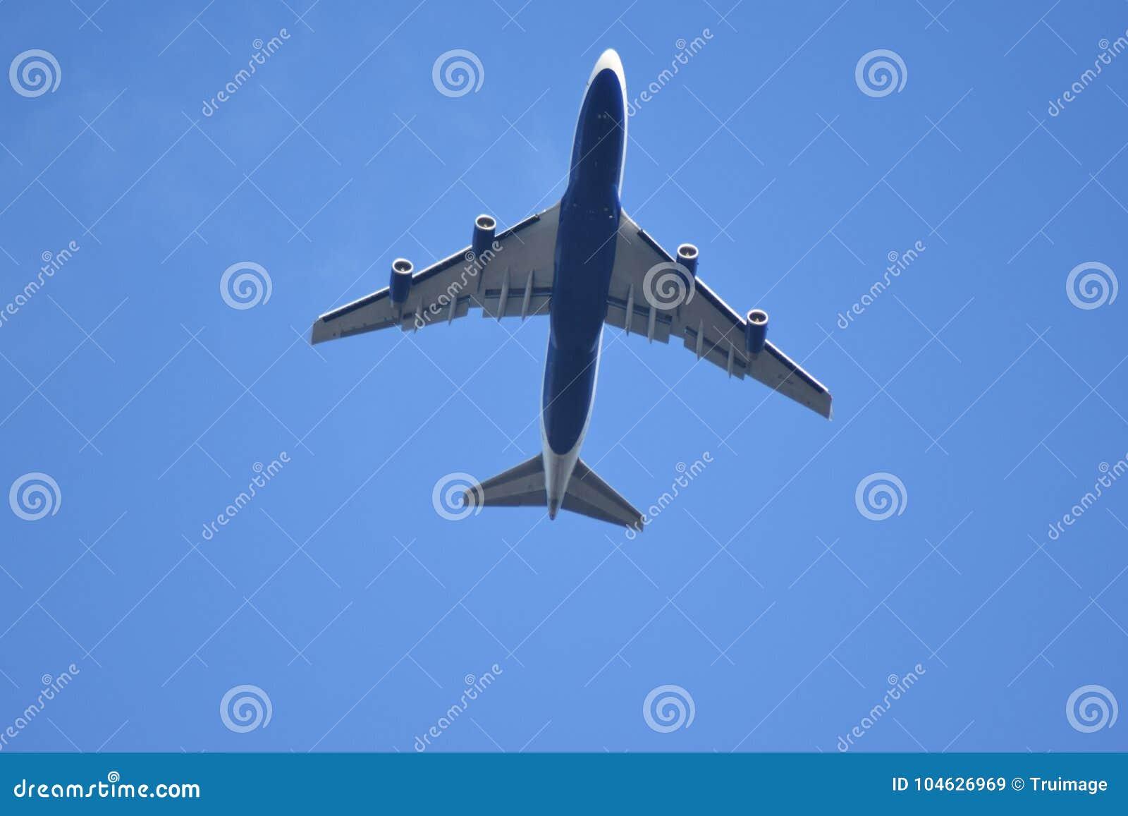 Download Vliegtuig Tijdens De Vlucht Stock Afbeelding - Afbeelding bestaande uit reis, approaching: 104626969