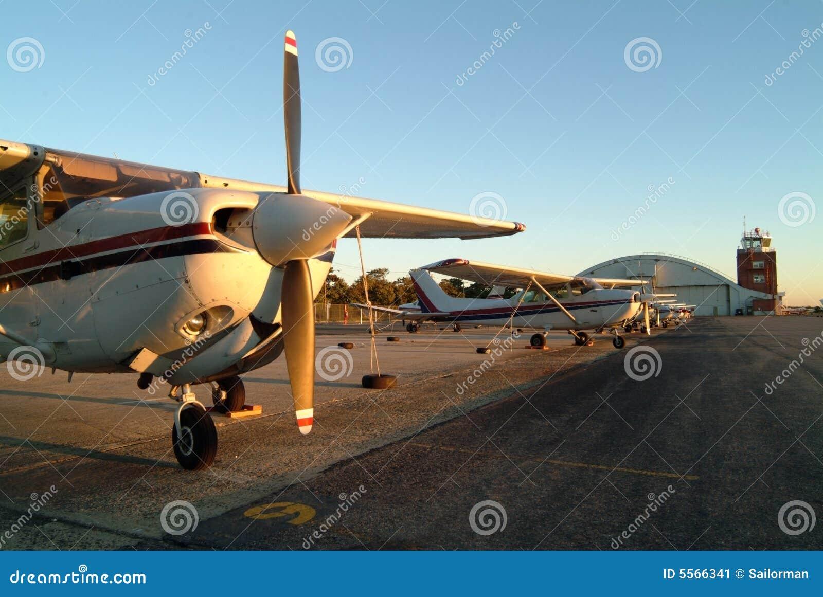 Vliegtuigen die op het tarmac worden opgesteld.