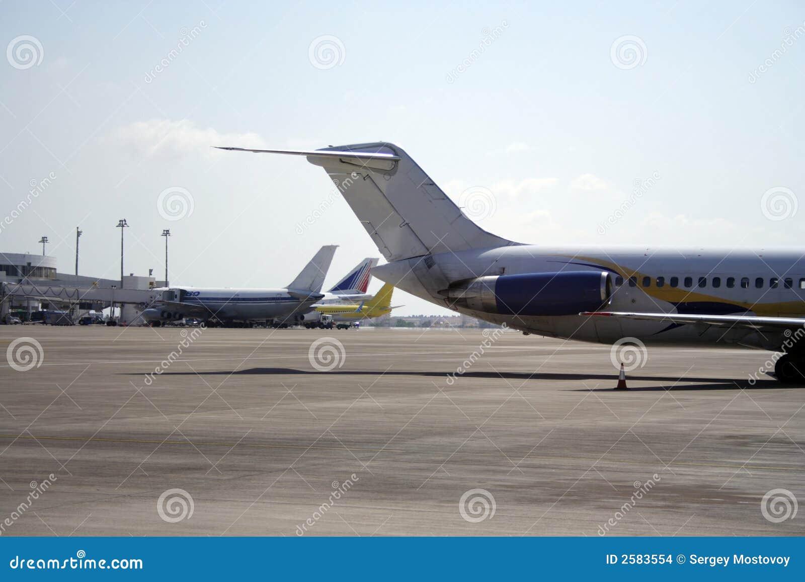 Vliegtuigen op een baan